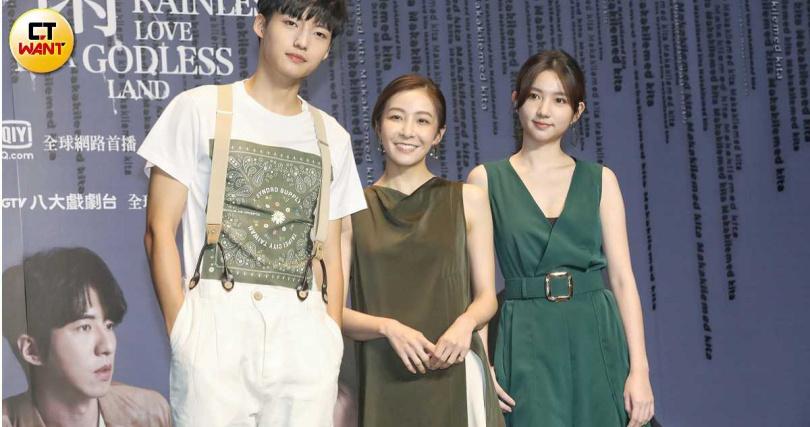 新銳演員劉育仁(左起)、林雨葶、林玉書飾演曾之喬在劇中的旅行社同事。(攝影/趙文彬)