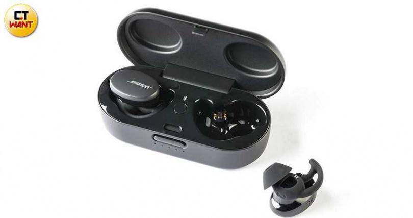 充電盒外觀像是迷你眼鏡盒,中間為藍牙配對快捷鍵。(圖/馬景平攝)