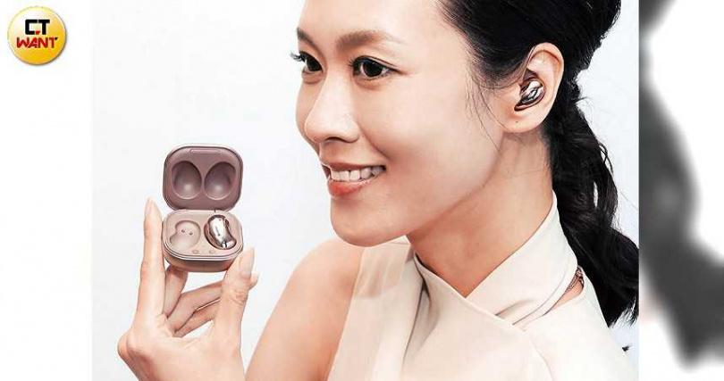 Galaxy Buds Live配戴起來就像一款耳飾,造型相當時尚。(圖/馬景平攝)