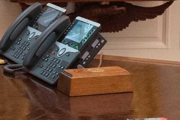 川普任內辦公桌上總有一個會為他送來可樂的紅色按鈕。(圖/翻攝推特/Tom Newton Dunn)