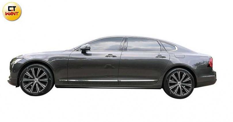 車側的腰線相當圓潤,加上貫穿式鍍鉻飾條,使車體更具侵略感。(圖/趙文彬攝)