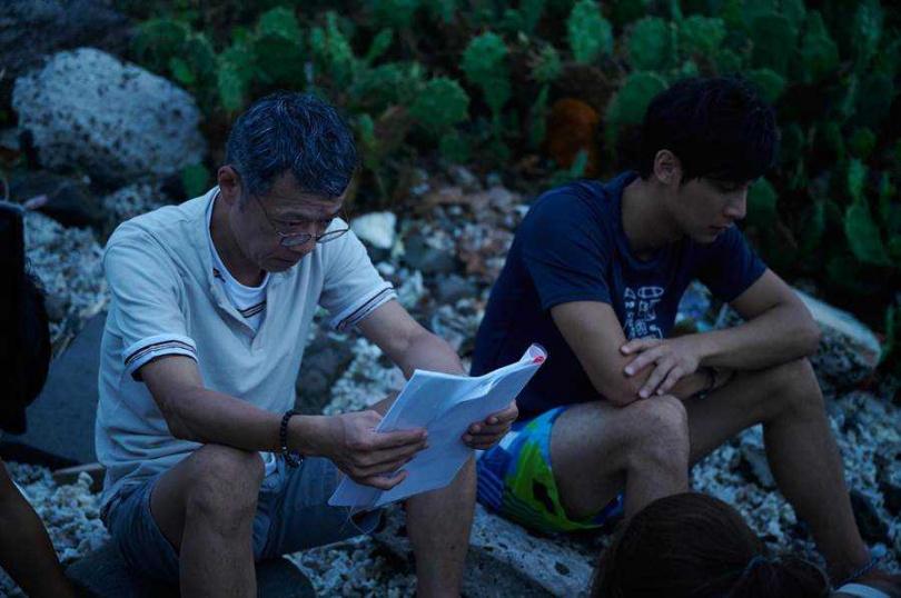 吳朋奉去年與鄭凱演父子,經常親自傳授如何表演。(圖/《東經北緯》劇組提供)