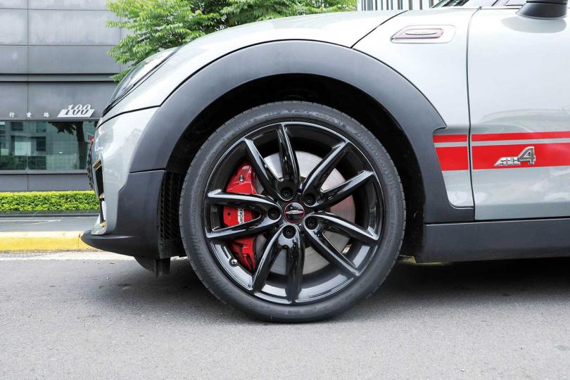 搭配225/40R18的進口跑車胎,極具動感,但成本不低。(圖/王永泰攝)