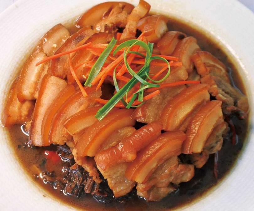 經典的客家菜「梅乾菜扣肉」,油亮肉塊、梅乾菜噴香,是靠時間的醃製,醞釀豐富次的味道,展現梅乾菜越陳越香的魔力。(圖/劉雪玲提供)
