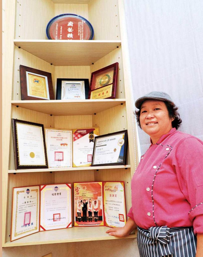 這十年來是客家廚藝競賽的常勝軍,劉雪玲得獎無數。(圖/劉雪玲提供)