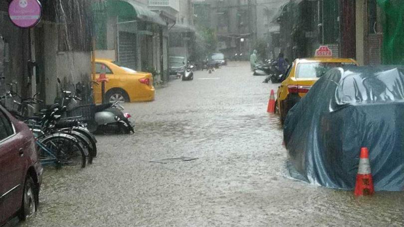 六張犁信安街淹水。(圖/北市府提供)
