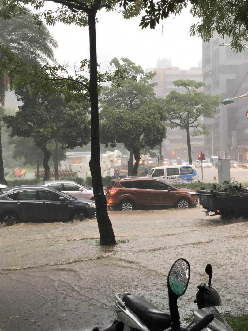 北市消防局門口淹水。(圖/北市府提供)