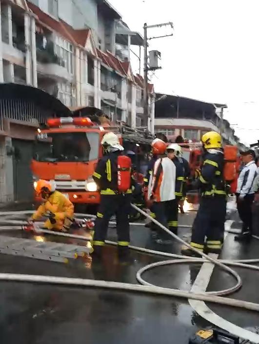 消防員動員大批人車前往灌救,只可惜還是有4人無生命跡象。(圖/翻攝畫面)