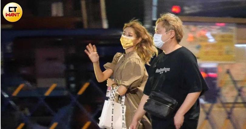9月23日深夜,阿部瑪利亞離開麥卡貝,仍由陳百祥接送返家。(圖/本刊攝影組)
