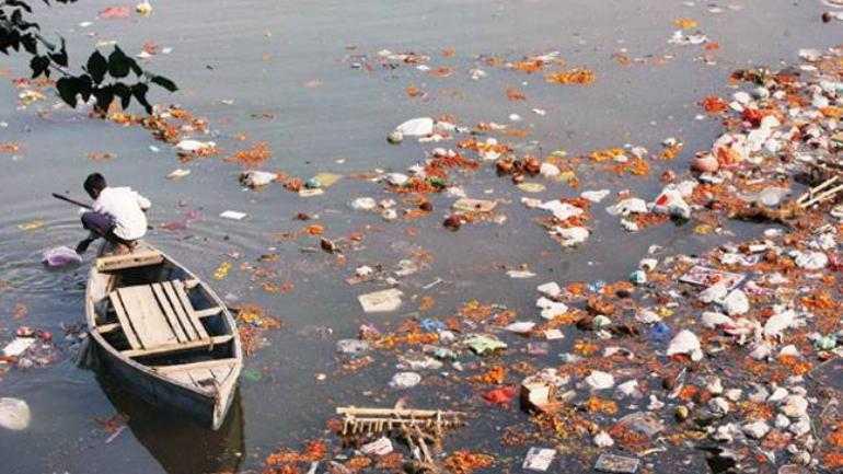 印度人什麼都往恆河扔,包括死去的人火葬後的骨灰撒在河裡。(圖/India Today)