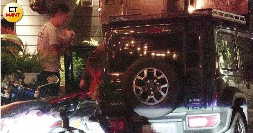 愛紗在副駕駛座等待約5分鐘後,Ivan也抱著她的愛犬Hana上車並駛離餐廳。(圖/本刊攝影組)