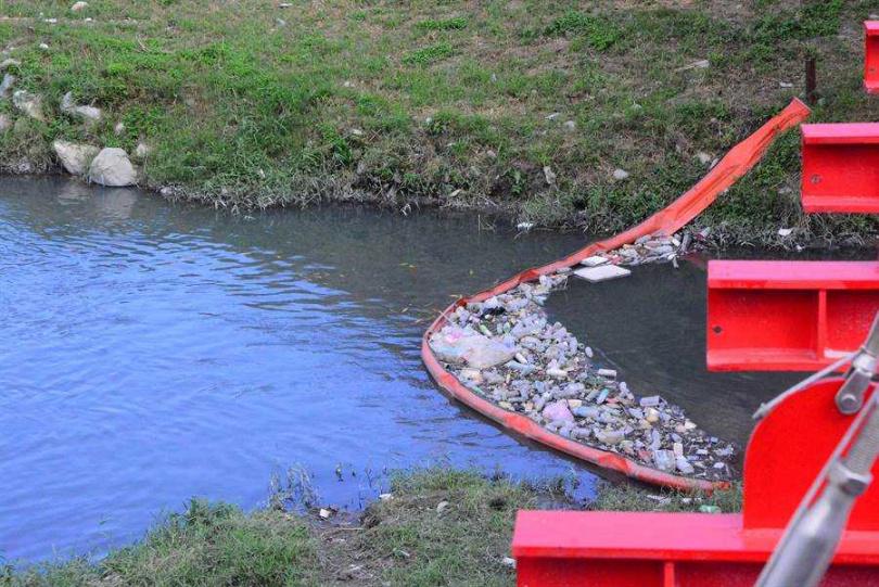 攔污索截獲許多垃圾,一但流入大海成海洋污染。(圖/中國時報王志偉攝影)