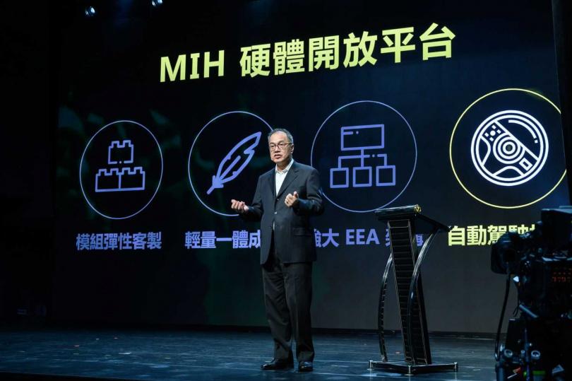 鴻華先進副董事長佐自生說明以MIH硬體開放平台方式讓台灣的EV產業能更團結,快速進入市場。(圖/鴻海)