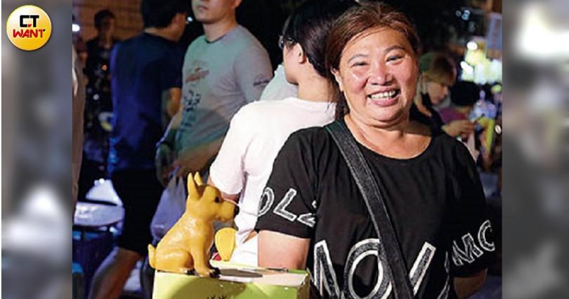 雖然已離開狗園,徐滿惠仍從動保處領養幼犬,再進行送養,並以此募得善款。(圖/王永泰攝)