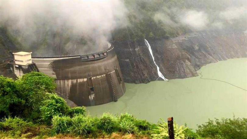 德基水庫籠罩在煙雨濛濛中,但這波梅雨尚未下在集水區,水庫進帳有限。