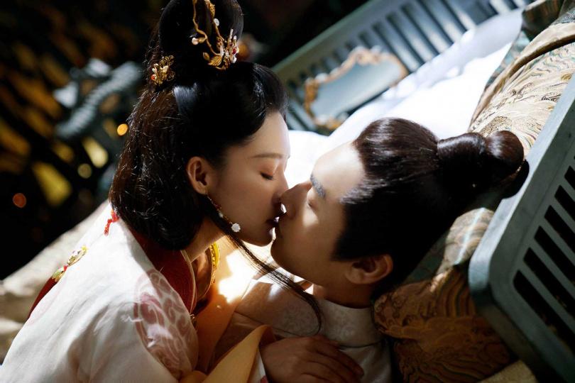 李沁(左)與秦昊在《錦繡南歌》有「以口餵藥」的橋段。圖/中天娛樂台提供)