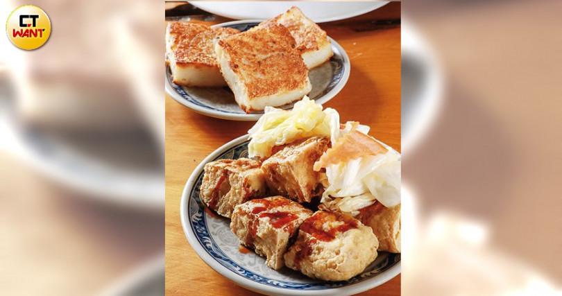 外脆內軟又有湯汁的炸臭豆腐,及香煎蘿蔔糕,都是很受歡迎的小點。(攝影/馬景平)