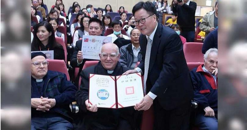 呂若瑟神父2017年底獲得中華民國身分證。(圖/羅東聖母醫院-把愛傳下去 臉書)