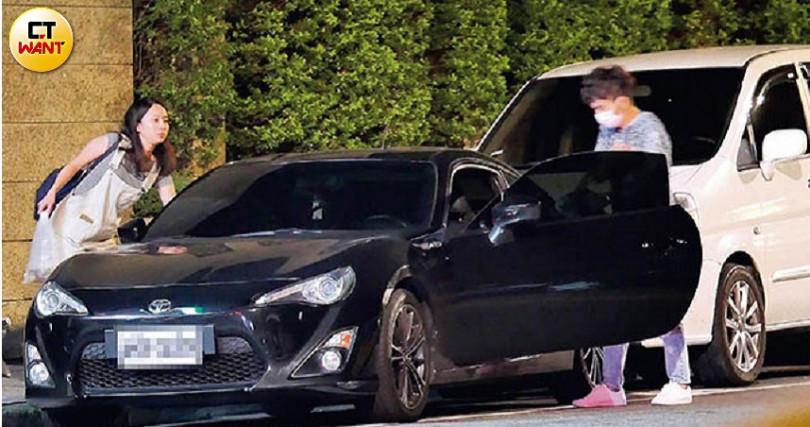 飽餐後,鍾姓小護士熟絡地上了唐從聖的車,準備回台大醫院。