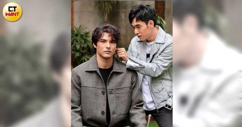 感情好的兩人拍照時特別設計情境,鳳小岳扮演一代宗師,張書豪則是服侍。(圖/彭子桓攝)