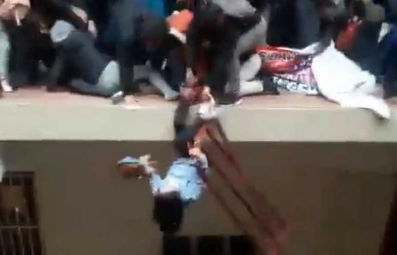 南美洲玻利維亞一所大學的學生,擠爆欄杆集體墜樓。(圖/翻攝自推特/@estendenciavzl)