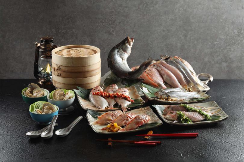 清蒸北海岸現流魚,(順時鐘)包括午仔、馬頭魚、石狗公、赤鯮,另有(左邊)絲瓜牛奶貝燕麥湯。(圖/50樓Café提供)