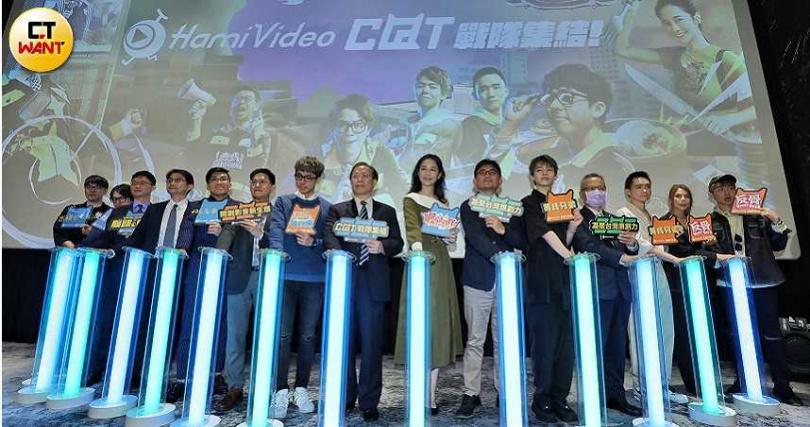 HowHow和視網膜、阿滴、Joeman、千千、黃氏兄弟等多位網紅一同出席「中華電信Hami Video C@T網紅館」活動。(圖/張祐銘攝)
