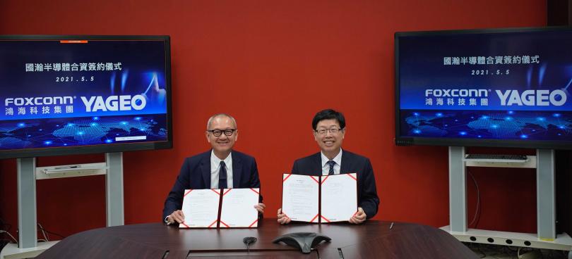 國巨董事長陳泰銘(左)與鴻海董事長劉揚偉(右)簽約成立國瀚半導體。(圖/鴻海提供)