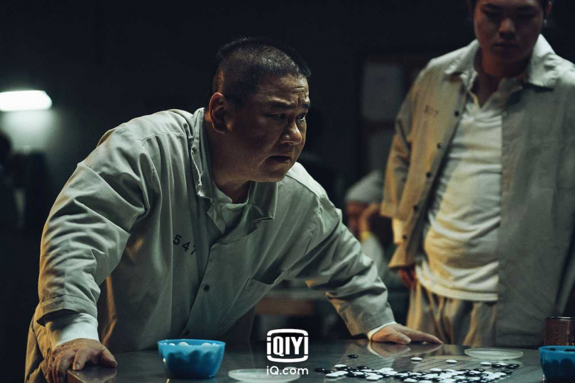 張永正飾演氣勢凌人的監獄老大。(圖/愛奇藝國際站)