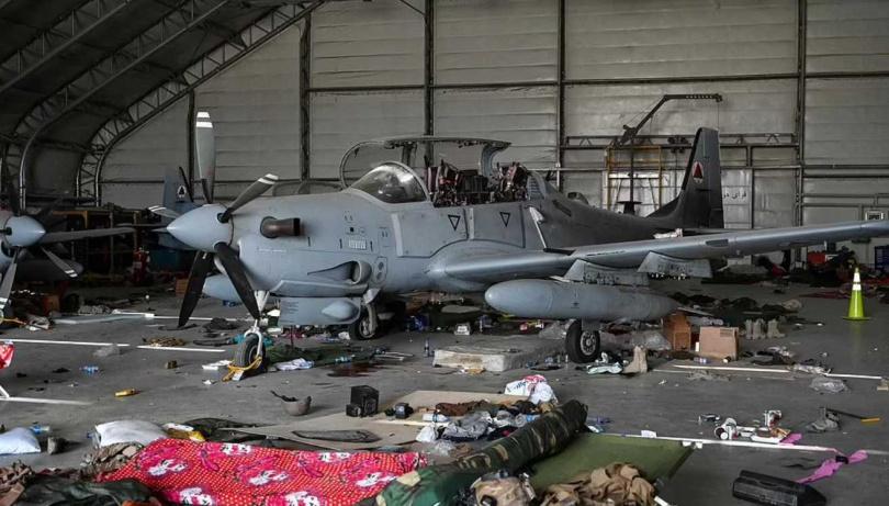 塔利班在美軍撤離後,隨即派兵大舉佔領機場倉庫。(圖/達志/美聯社)