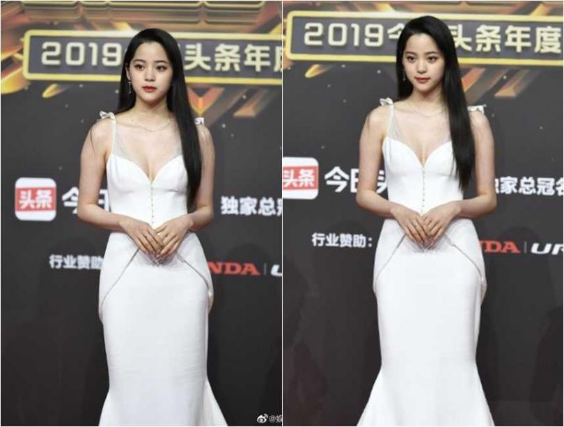 身穿雪白深V禮服的歐陽娜娜,紅毯未修圖照流出,被部分網友嫌肩膀太壯,看起來有點胖。(圖/翻攝微博)
