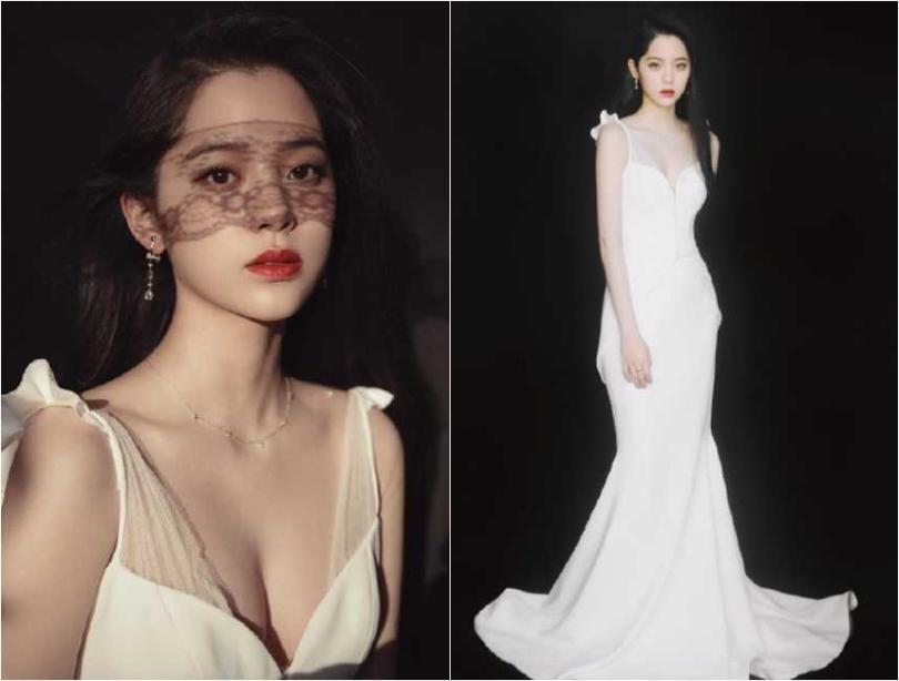 身穿雪白深V禮服的歐陽娜娜,宣傳照看起來性感又美麗。(圖/翻攝微博)