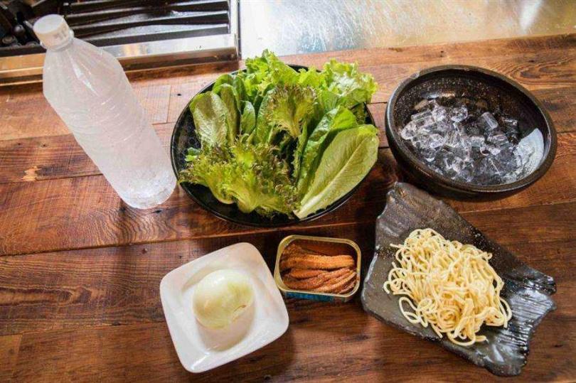 紅燒鰻麵沙拉所需食材。(圖/中國時報石智中攝)