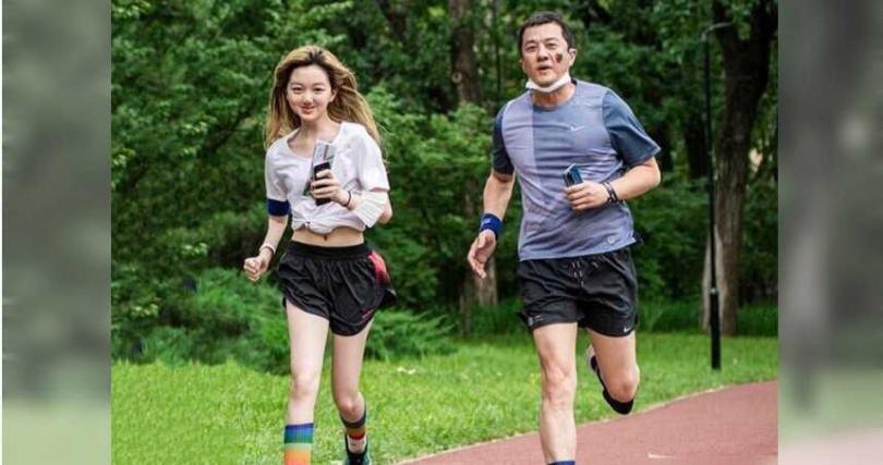 李嫣與父親李亞鵬一同參與公益路跑活動。(圖/翻攝自微博)
