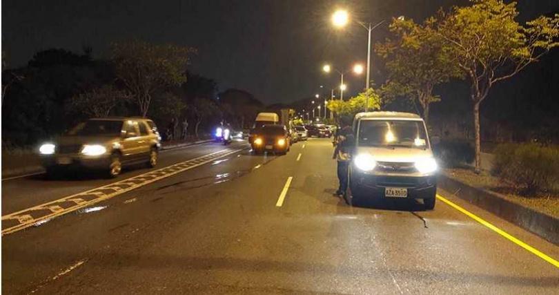 傍晚下班尖峰時段,疑似因拖吊車剎車失靈,花壇台74甲東外環路發生10多輛車撞成一團的事故,車流嚴重回堵。(圖/民眾提供)