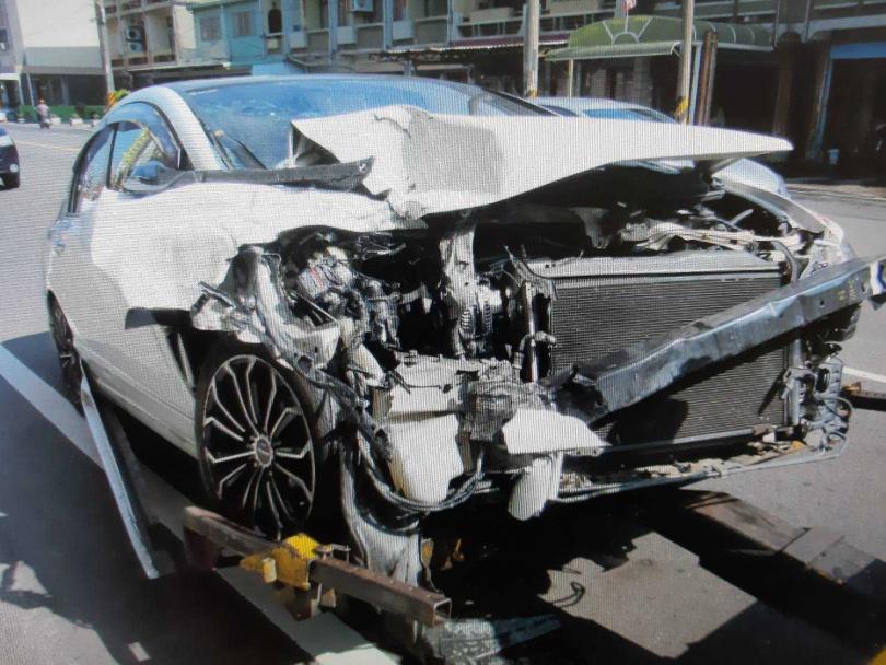 因車禍撞擊力大,邱男座車車頭全毀。(圖/讀者提供)
