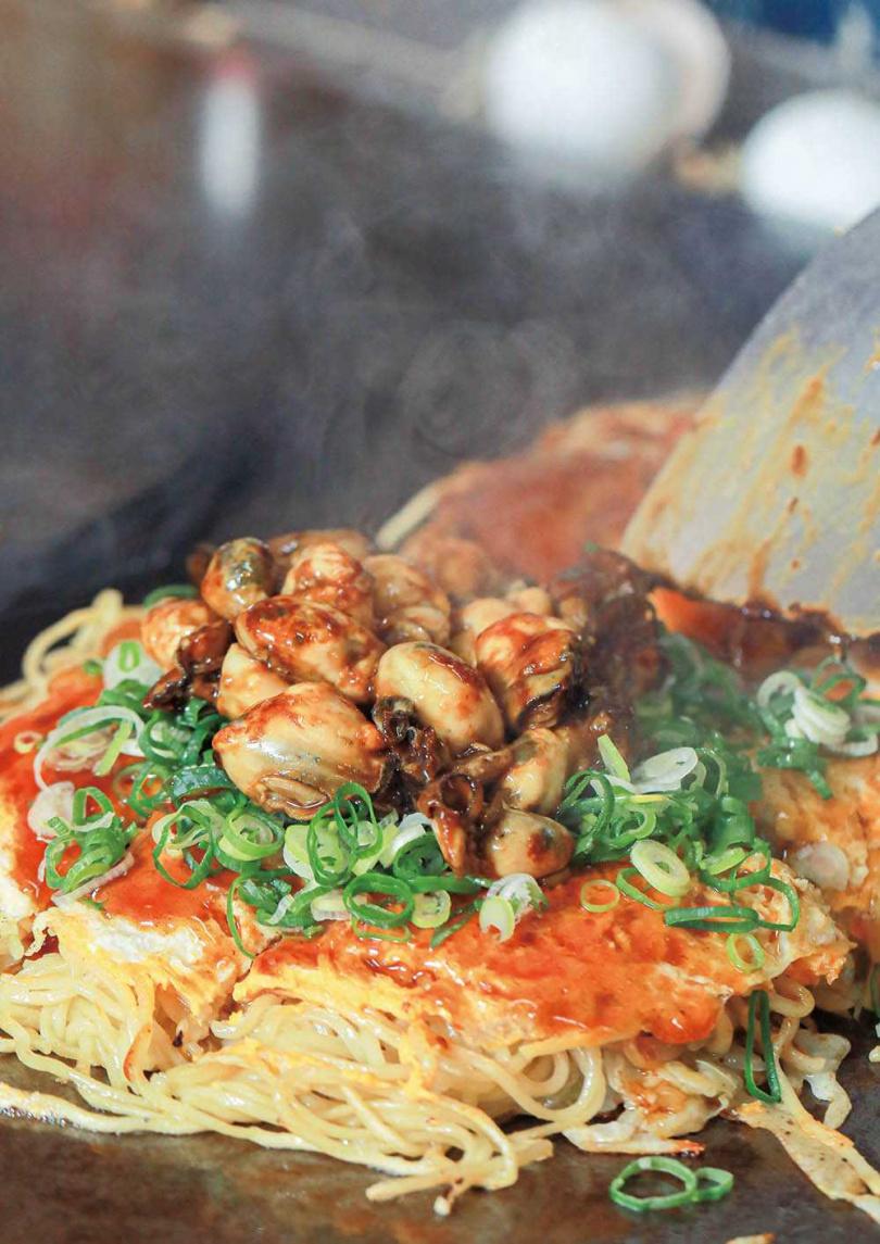 「牡蠣廣島燒」可吃到飽滿牡蠣、爽脆的高麗菜絲,還會撒上海苔粉與海苔絲加強視覺與香氣。(380元)(圖/林士傑攝)
