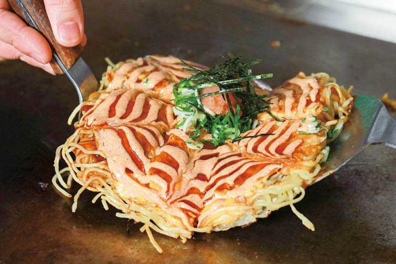 「明太子廣島燒」特製的明太子美乃滋醬添加了蘋果汁、美乃滋與和風明太子醬,增添幾許甜味。(360元)(圖/林士傑攝)
