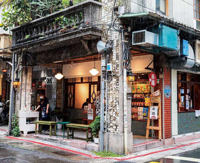 店裝主打大正浪漫風情,營造置身日本街頭的感覺。(圖/林士傑攝)