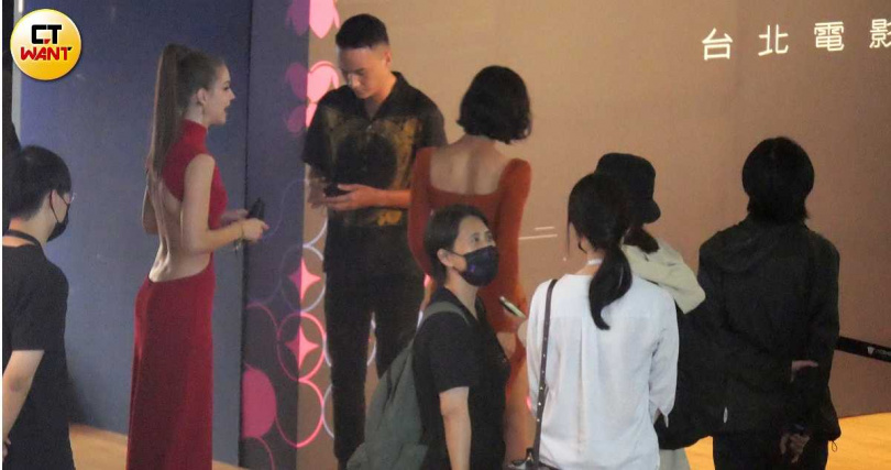 鍾瑶與曹晏豪這對情侶檔上台前,中間安插了安妮卡在中間。(圖/攝影組)