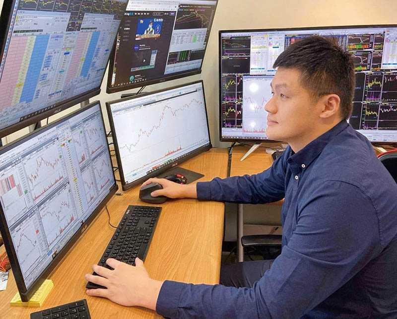 為了看緊股市走向,莊文傑一次操控多台電腦,當大盤跌到萬點以下,必定進場建立多單。(圖/莊文傑提供)