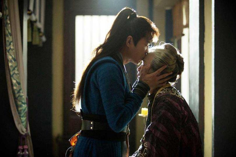 張若昀飾演的范閑,從小與奶奶范老夫人一起生活,感情深厚。(圖/中天娛樂台提供)