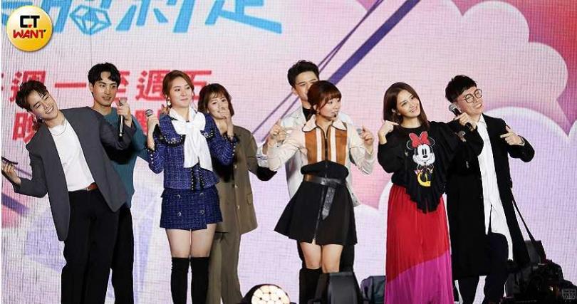 李宣榕(左二)登上新北耶誕城演出,和久未碰面的《女力》劇組相見歡。(圖/張祐銘攝影)