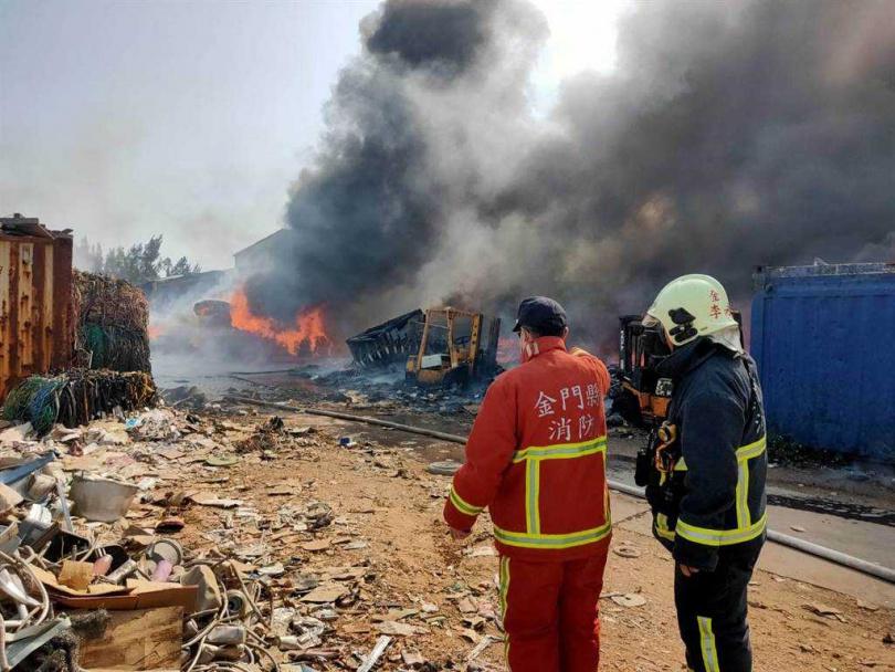金門料羅村任伯資源回收場今天下午突然起火,火勢一發不可收拾。(圖/民眾提供)