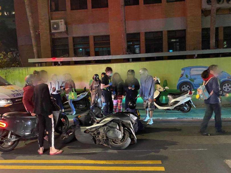 51歲王姓婦人騎機車搭載16歲女兒因隨身水壺掉落,造成後方騎士摔車2人受傷。(圖/翻攝畫面/中國時報葉書宏新北傳真)