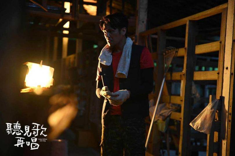 徐詣帆在《聽見歌 再唱》中飾演一肩扛起生計的嚴父。(圖/華納兄弟提供)