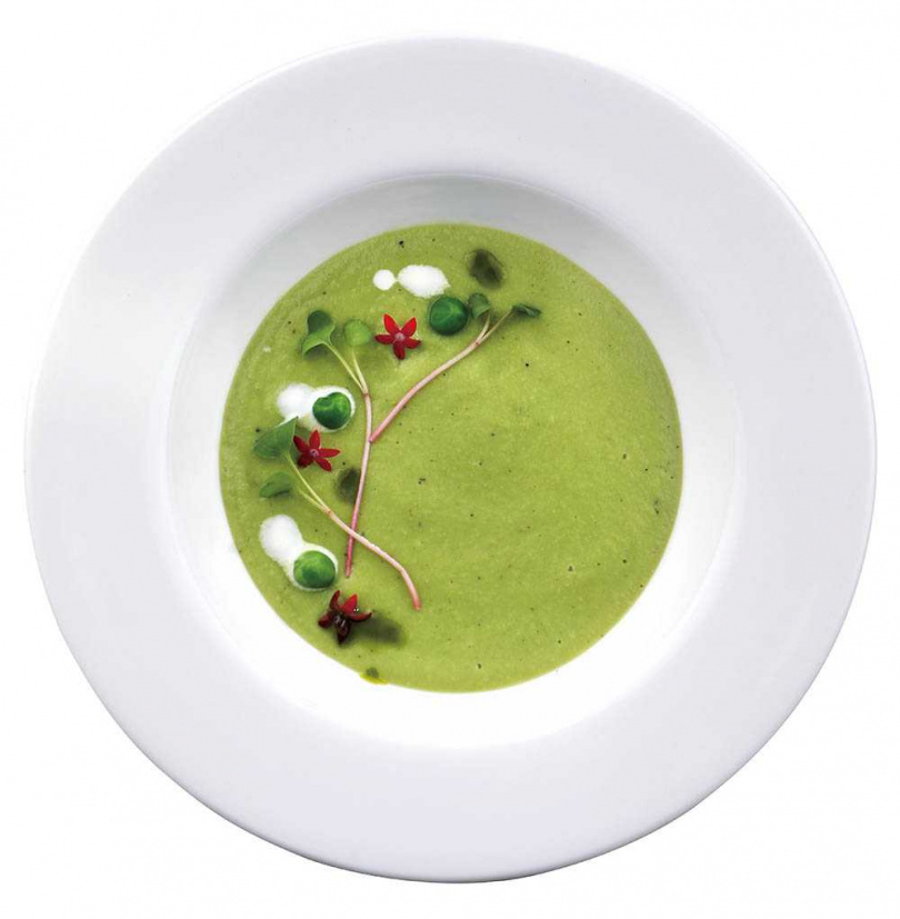 溫熱的「豌豆湯」將豌豆與炒過的洋蔥、橄欖油、豆漿等打成泥過篩多次,口感稠密且具溫潤豆香。(1,380元套餐菜色)(圖/于魯光攝)
