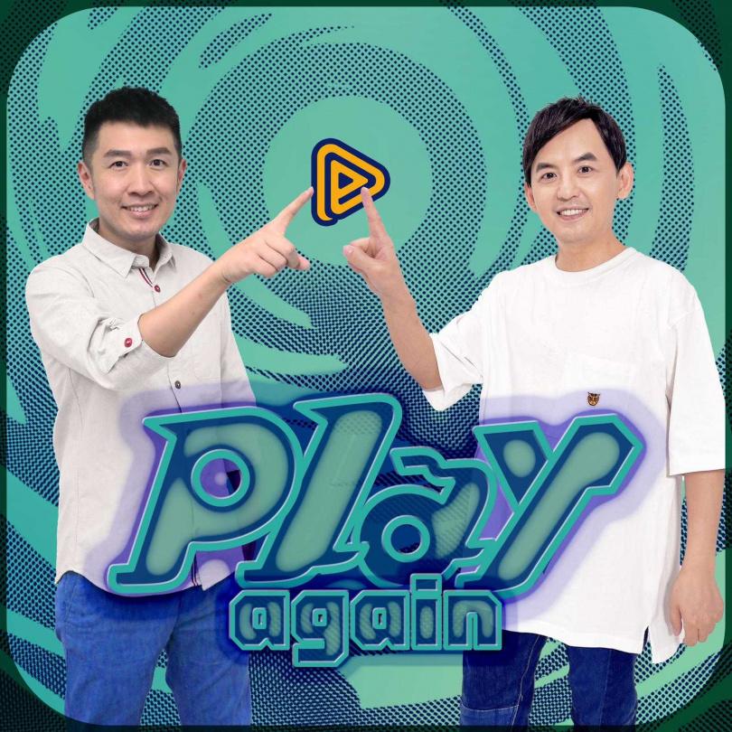陳俊菖(左)與黃子佼(右)重現當年Play音樂雜誌按鈕照。(圖/PressPlay提供)