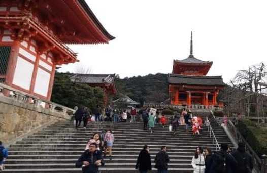 日本京都聚集許多神社佛閣,清水寺是其中最為知名的寺院,也是最熱門的觀光旅遊景點,每天都充滿觀光客。