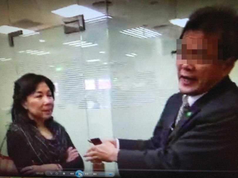 楊承淑博士(左)存放在國泰世華館前分行保管箱裡、總價值超過120萬的金條,9年前也不翼而飛,當時她和銀行經理(右)各說各話,最後只能自認倒楣。(圖/讀者提供)